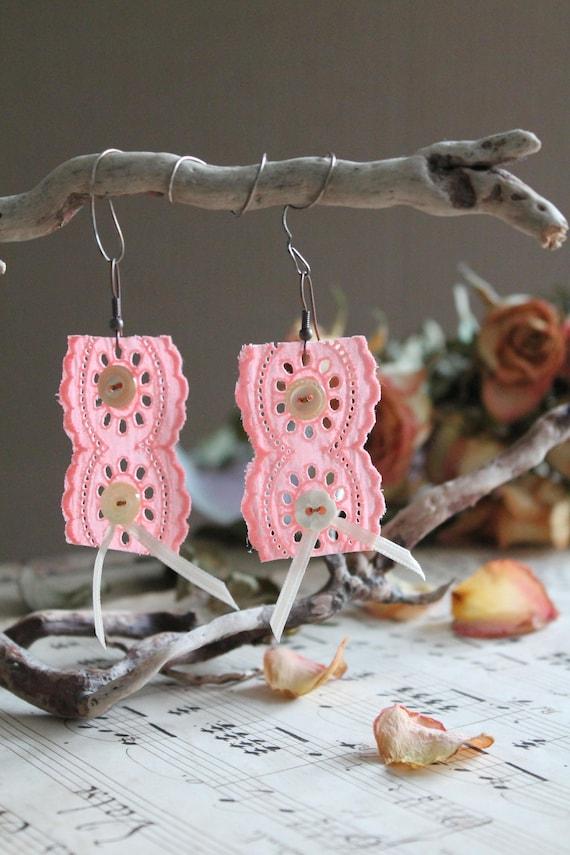 Boucles d'oreilles en dentelle ancienne française , bijou fantaisie, pendentifs oreilles, cadeau St Valentin, Cadeau maman, Cadeau pour elle