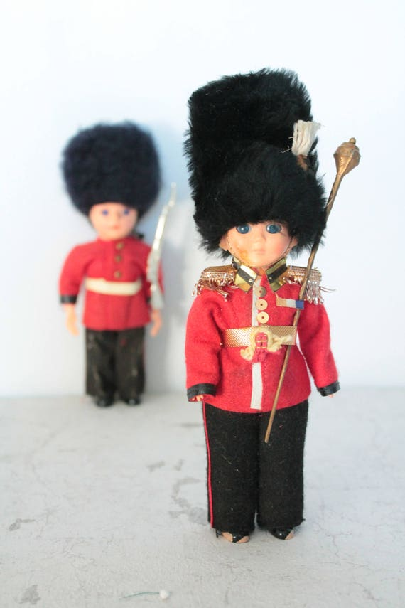 2 British Guards miniature dolls, collectible dolls, regional dolls, country dolls
