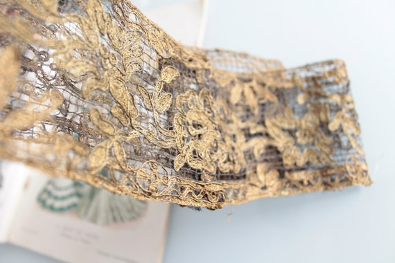 Ancient galon embroidered early 20th in gold thread, width 9 cm and length 1.08 ml, kiss with gold curtain, 1308