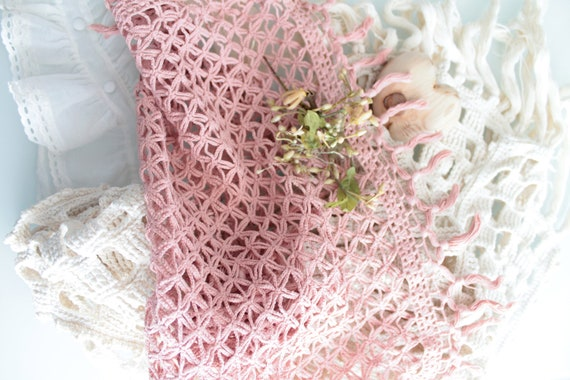Vintage crocheted doily, dyed in pink, pink doily, crocheted by hand, handmade in France, pink scarf, NAP181463