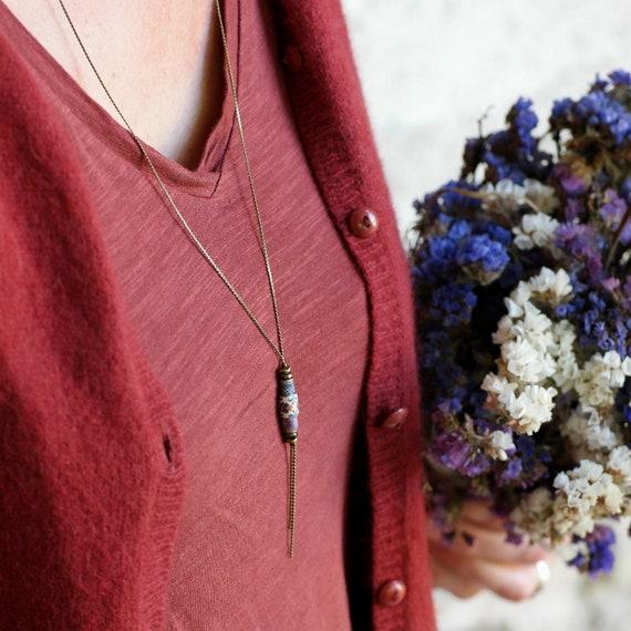 Sautoir bohèmeen laiton, perles bleues et violettes aux motifs floraux faits main 'luzule'