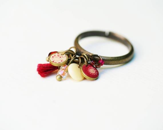 Bague breloques 'Aliocha' anneau en bronze et pampilles variées rouge carmin et écru