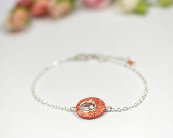 Round coral-colored bracelet with handmade geometrical patterns on sterling silver 'Cenelle'