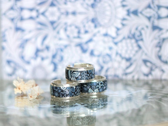 Silver ring 925 and midnight blue floral motifs, 'Hellébore' collection