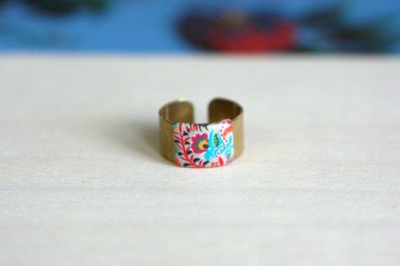 Bague aux motifs floraux de couleurs vives sur anneau ajustable en laiton Leonotis