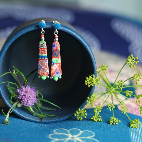 Dangling earrings with floral and / or geometric patterns in orange and green on a 925 silver stud, 'Bellevalia' collection