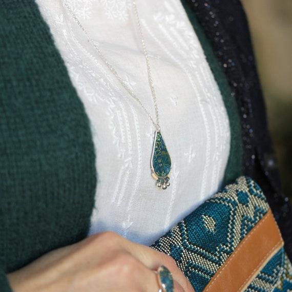 Sautoir vert canard, pendentif gouttes à motifs de fleurs sauvages et pampilles sur argent 925 'Solidage'