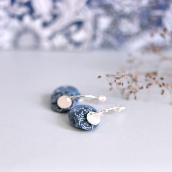 Small hoop earrings 'Centaurée' sterling silver, grey sequins with handmade vegetal patterns