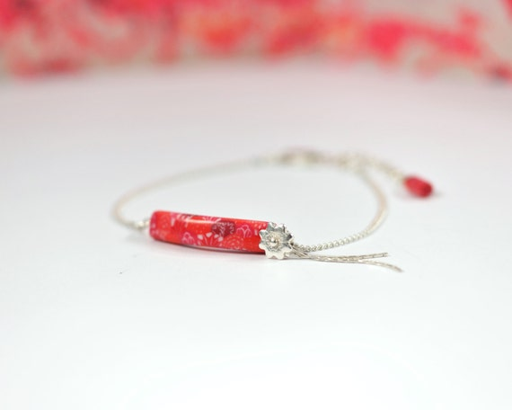 Minimalist pink bracelet 'Capucine', sterling silver chain and flower, long bead with Japanese patterns