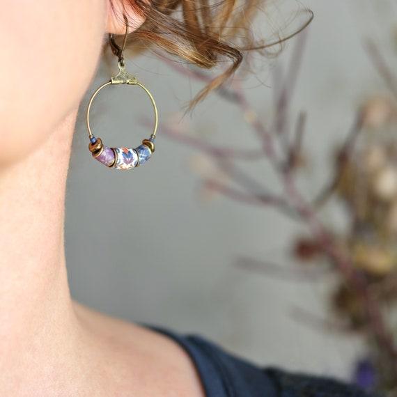 Créoles boho en laiton, perles à motifs bleus et violets 'Luzule'
