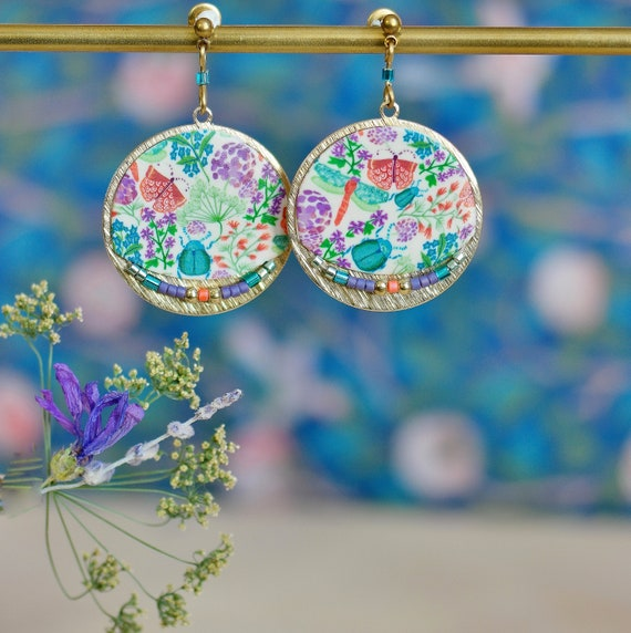 Round earrings handmade floral patterns green, orange and purple on raw brass, 'Aglaïs' collection