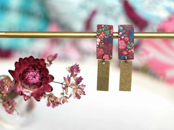 Rectangle pendant earrings in brass decorated with a burgundy floral decor, 'iresine' series