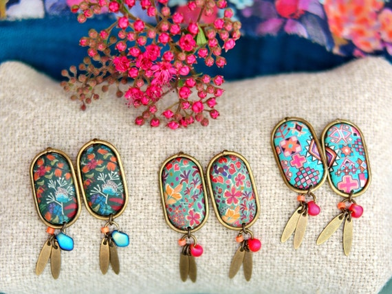 One pair of pendant earrings in brass with handmade floral patterns and tassels