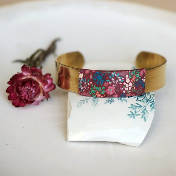 Cuff bracelet in raw brass decorated with a burgundy floral decor, 'iresine' series