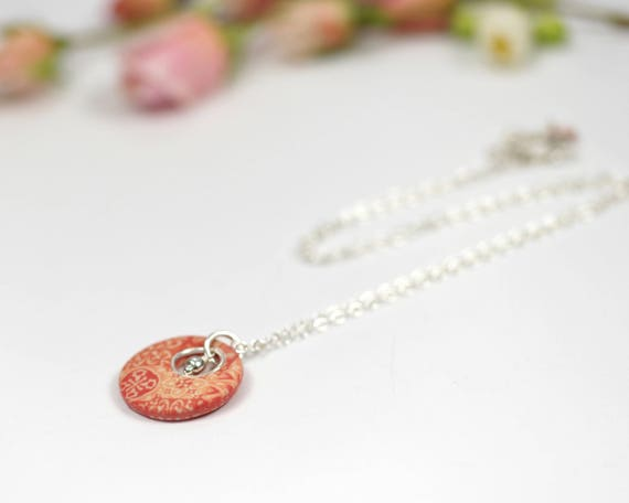 Round coral-colored necklace with handmade geometrical patterns on sterling silver 'Cenelle'
