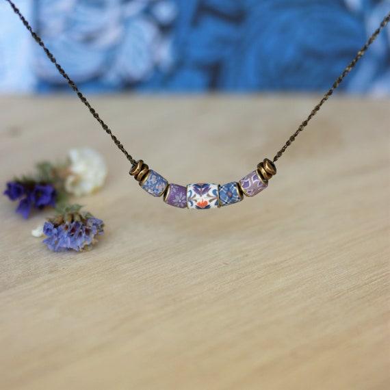 Collier boho 'Luzule' perles assorties à motifs bleu et mauve sur laiton