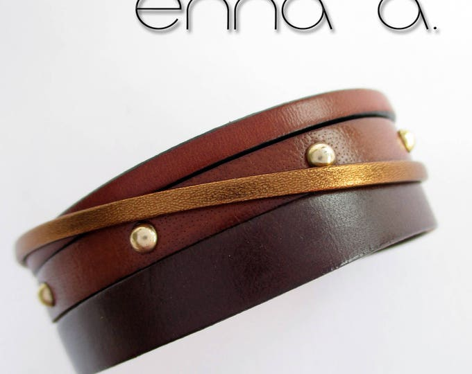 Women's bracelet, made with four different brown leathers and with a golden hook closure.