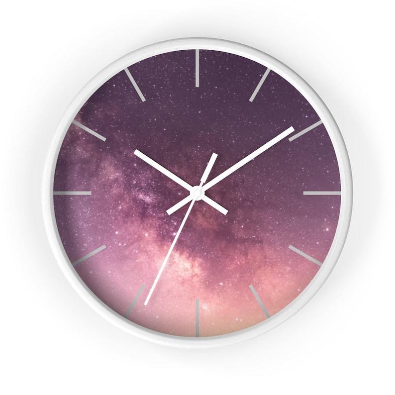 Ciel de nuit, étoiles renversantes, galaxie, constellatins, pourpre, orange, horloge rose de mur