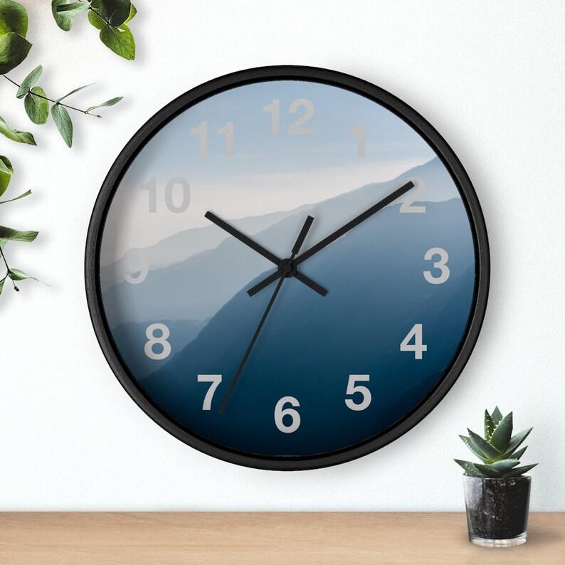 Rage de montagne, gris, brume, horloge bleue de mur