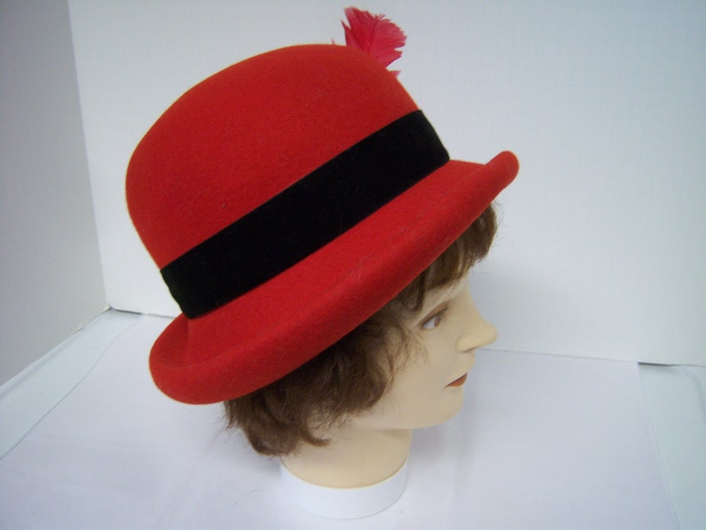 Beautiful Red Wool Hat Liz Claiborne 1995 100/% Wool Hat Inside Band 22 Red Feather /& Flower Black Band Very Good Clean Condition