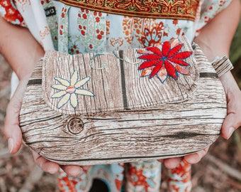 Clutch with wood pattern and handsbestickten flowers