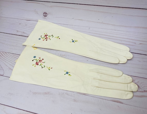 Vintage French White Leather Gloves With Flowers