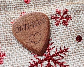 Médiator guitare personnalisé en bois d'acajou avec emballage cadeau, idéal pour son copain, son mari, son papa ...