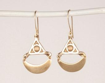 Scalloped Crescent Moon Triangle Eye Earrings Mini