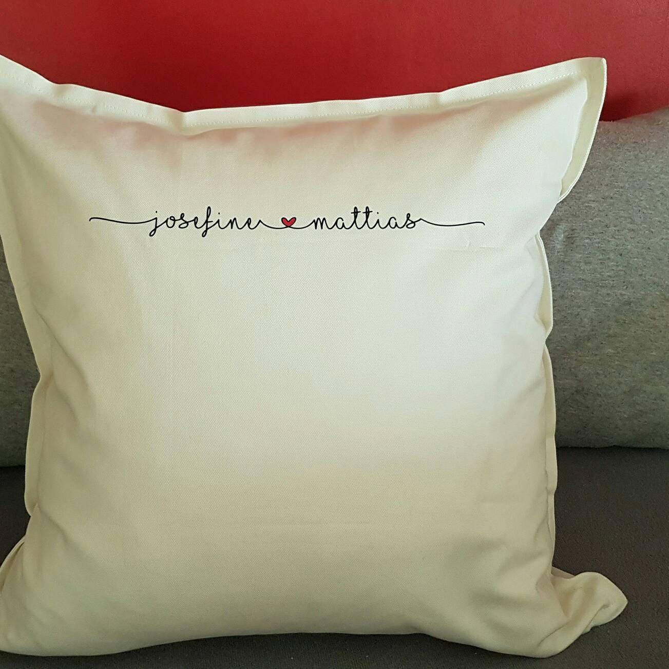 housse de coussin avec nom oreiller cadeaux de mariage. Black Bedroom Furniture Sets. Home Design Ideas