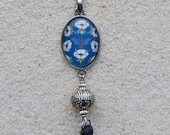 "Long necklace, oval cabochon, pearls decorated and pompom - model ""Juliana"" -  design 'Blue Retro Floral 1920'"