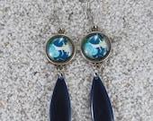 """Boucles d'oreilles dormeuses, longues, pendantes, cabochon et goutte émaillée, Modèle """"Flavia""""- design Marguerite bleue"""