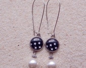 """Long hanging sleepers earrings, """"design black and white stars"""", silvery metal, round cabochon et pearly beads- Model """"Lou"""""""