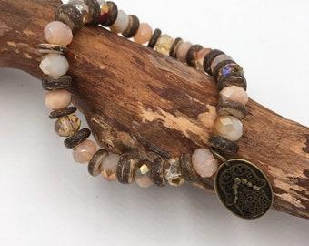 Handgemachtes Perlen Armband mit Kokosnussholz Perlen. Mit Hamsa Hand der Fatima Anhänger.