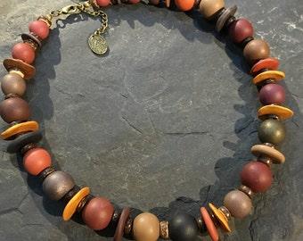 Kurze Halskette aus handgemachten Polymer Clay Perlen (Fimo) mit Kokosnussperlen. Mit Hamsa Hand der Fatima Anhänger.