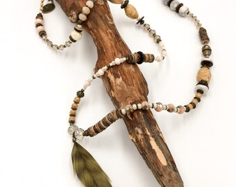Handgemachte Lange Perlen Halskette aus Toho Perlen in hellrosa. Mit Hamsa Hand der Fatima Anhänger.