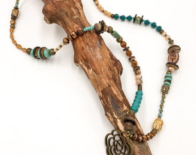 Handgemachte Lange Perlen Halskette aus Toho Rocailles Perlen. Mit Hamsa Hand der Fatima Anhänger.