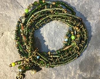Armband überwiegend aus Toho Perlen mit Fatima Hamsa Hand Anhänger, Handarbeit.