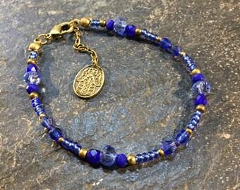 Handgemachtes / Handgemacht Perlen Armband aus Toho Perlen. Mit Hamsa Hand der Fatima Anhänger. (1)
