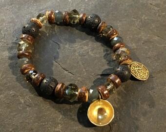 Handgemachtes Kunstgässchen Armband mit einer Mini- Klangschale als Anhänger und Basaltperlen Lavaperlen. Mit Hamsa Hand der Fatima Anhänge