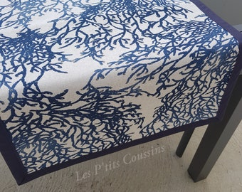 Table runner with coral patterns in shades of blue for a seaside atmosphere