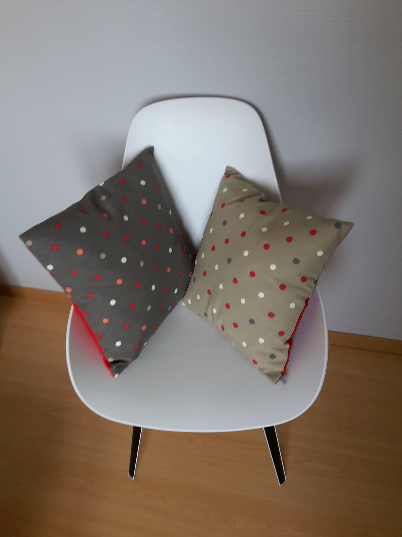 housse de coussin aux motifs de pois rouge blanc et gris. Black Bedroom Furniture Sets. Home Design Ideas