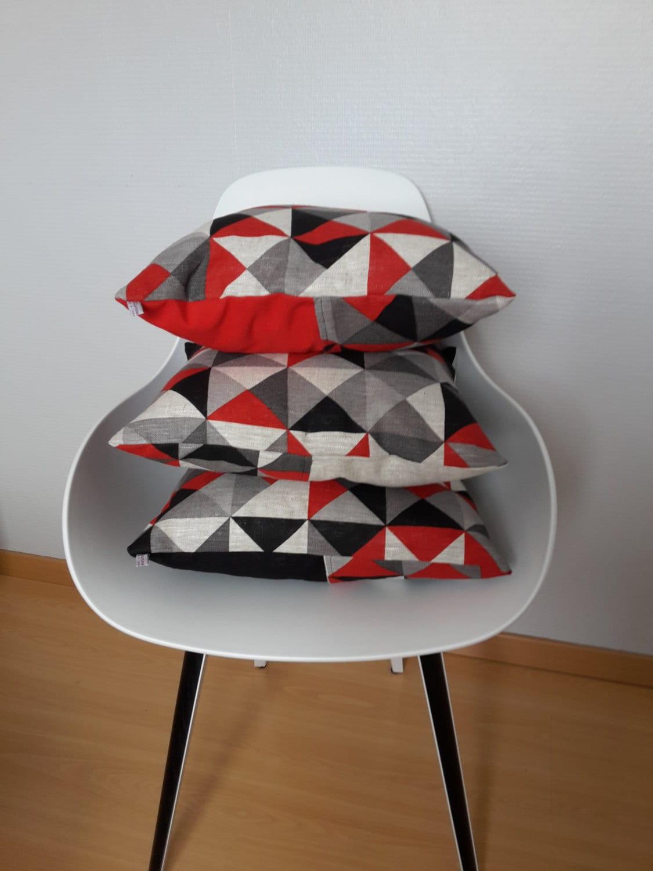 housse de coussin aux motifs g om triques rouge noir et. Black Bedroom Furniture Sets. Home Design Ideas