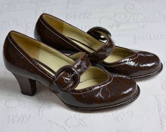21f2f8b3633 Vintage women shoes Clarks Women Brown faux leather shoes 1930s 40s Style  Size 5. Made in Brazil.