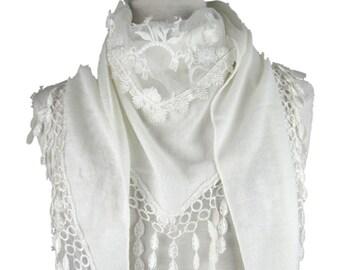 Triangle tricoté châle écharpe avec panneau décoratif floral et pompon en  forme de larme garniture - blanc - CFOC0914WH 12c490b48d5