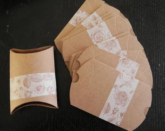 30 berlingots decorated with a floral Golden pattern measuring 9 x 7 cm