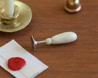 Dolls House Ink Pots Stand Quill /& Wax Seal Set Miniature Study Desk Accessory
