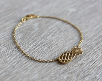 Bracelet with pineapple pendant