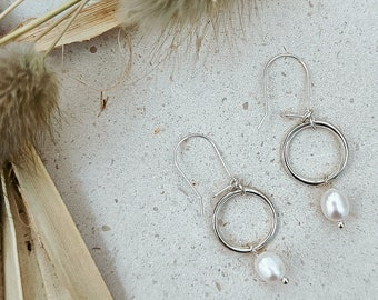 Pearl drop earrings, modern minimalist style dangle earrings with silver circles and grey or ivory pearls, boho bridal earrings