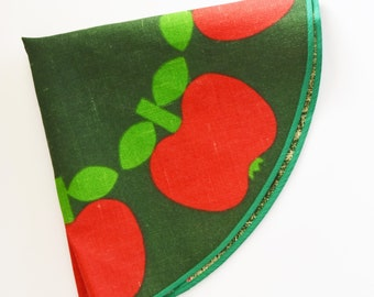 Vintage Centre Piece Table Cloth - Round Retro floral Pattern in Green background and Red Apples - table topper - 70's Era