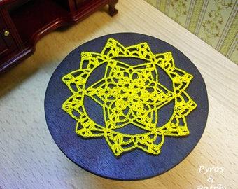 Doily crochet dollhouse 1.12, sewing thread yellow,accessories furniture. Centrino all'uncinetto per casa di bambole,filato da cucito giallo